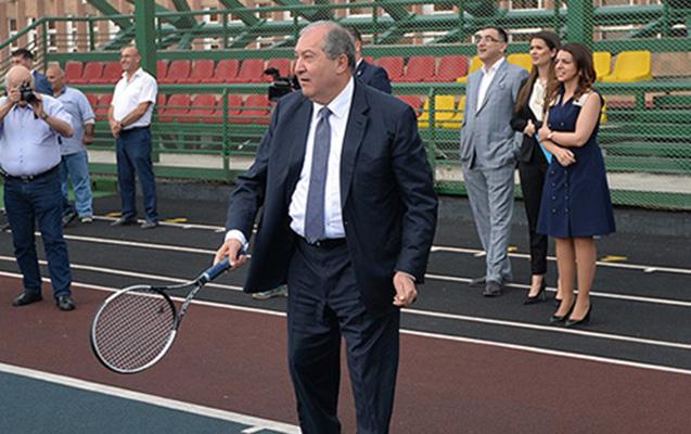 Erməni prezident bu dəfə tələbələrlə tennis oynadı - Video