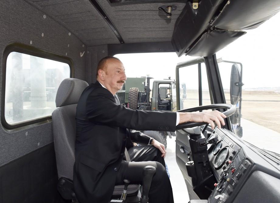 Prezident hərbi maşının sükanı arxasında - Fotolar