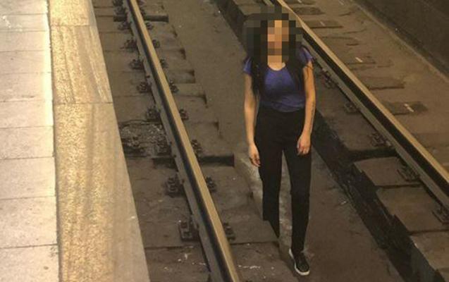 Bakı metrosunda qız relslərin üzərində şəkil çəkdirdi -