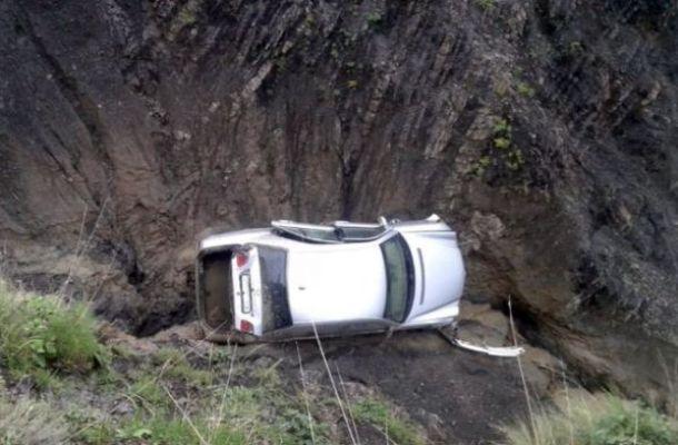 """Xınalıq yolunda sel """"Mercedes""""i dərəyə aşırdı"""