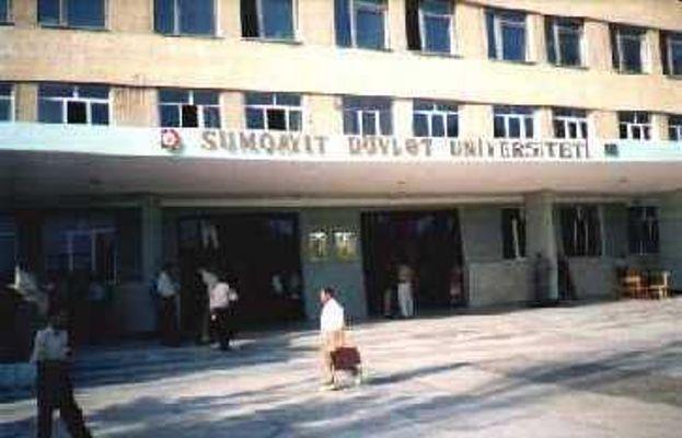 Sumqayıtda universitetin girişində sütunlu tavan çökdü