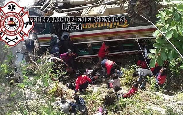 55 tələbəni daşıyan avtobus uçuruma düşdü