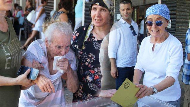 Fatma Girik 95 yaşlı anasını da səsverməyə gətirdi