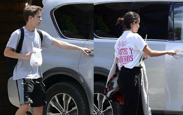 Selena özünə 17 yaşlı sevgili tapdı
