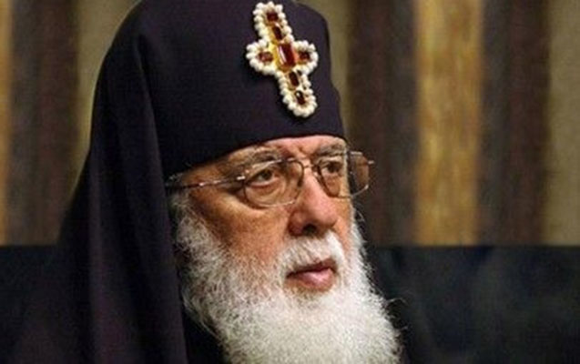 Gürcüstan patriarxının ibadət zamanı halı pisləşdi