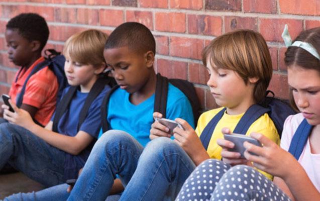 Fransa məktəblərində mobil telefon qadağan olundu