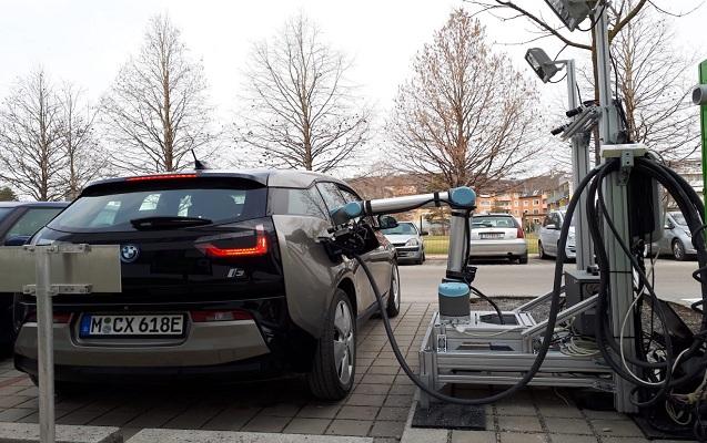Bu robot avtomobilləri enerji ilə doldurur