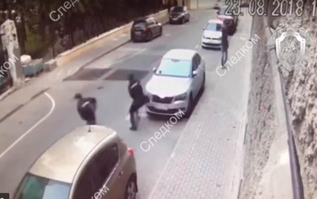 Rusiyada silahlı kişi polislərə atəş açdı - Video