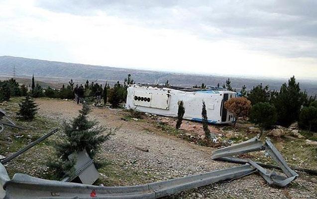 Avtobus dərəyə yuvarlandı - 15 ölü, 27 yaralı