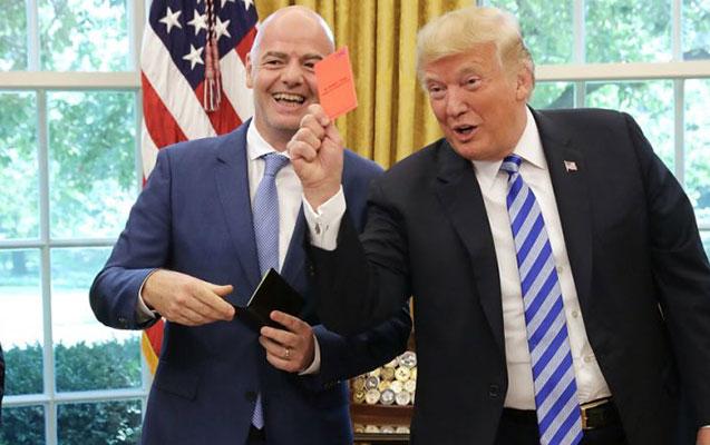 FİFA prezidenti Trampa qırmızı kart verdi - Fotolar