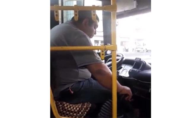 Bakıda avtobus sürücüsü sükan arxasında yuxuladı - Video
