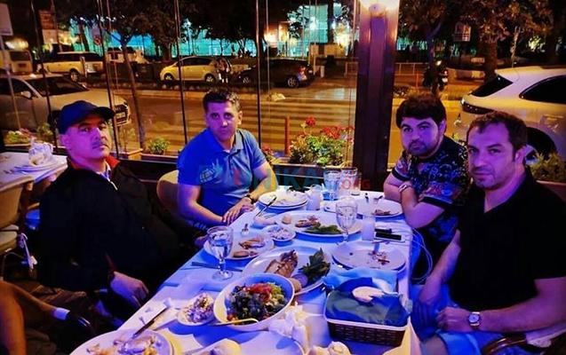 Elmar Vəliyev oğlu ilə restoranda