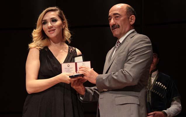 Nazir fəxri ad alan məşhurlara medallarını təqdim etdi