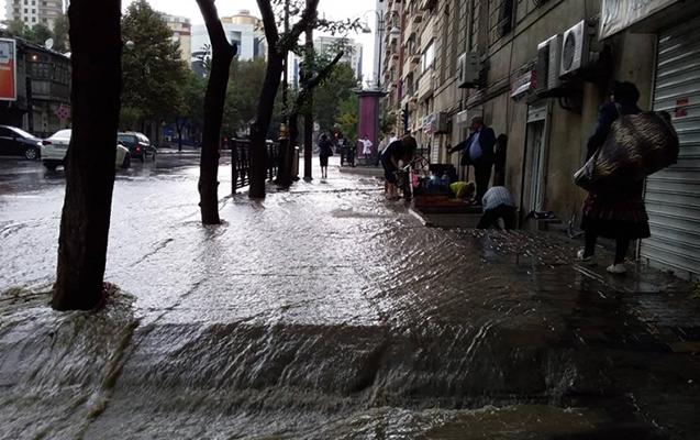 Bakıda yağan güclü yağışla bağlı rəsmi