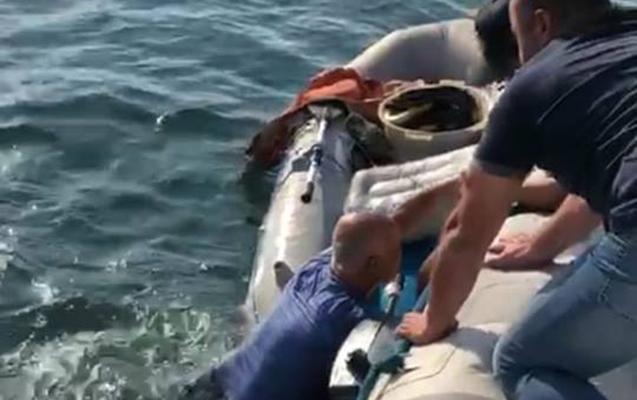 Su Polisi balıqçının həyatını xilas etdi