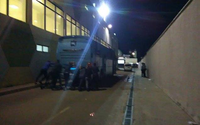 """Avtobus işləmədi, """"Zirə""""li futbolçular itələdi"""