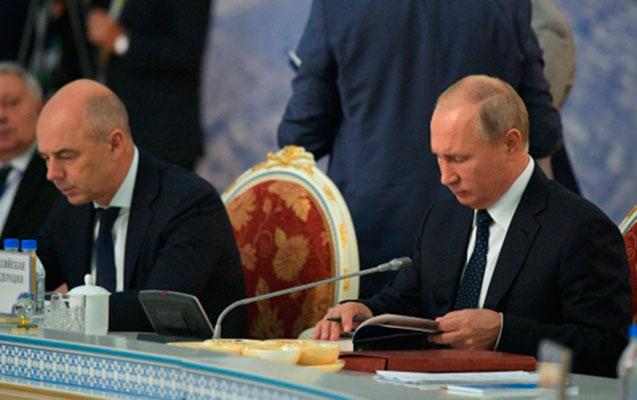 Putin sənədlər imzalanarkən Puşkinin əsərini oxudu