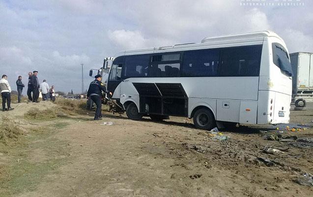 """Sumqayıtda avtobus """"KamAZ""""la toqquşdu - 2 ölü, 15 yaralı+Siyahı+Yenilənib"""