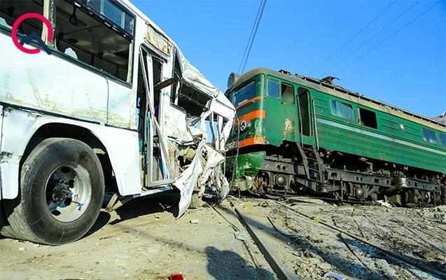 Bakıda avtobus qatarla toqquşdu - 1 ölü, 34 yaralı+Yenilənib