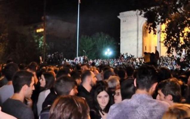Ermənistanda ara yenidən qarışdı