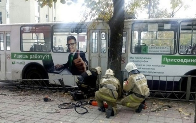 Qadın sürücünün idarə etdiyi trolleybus dayanacağa girdi
