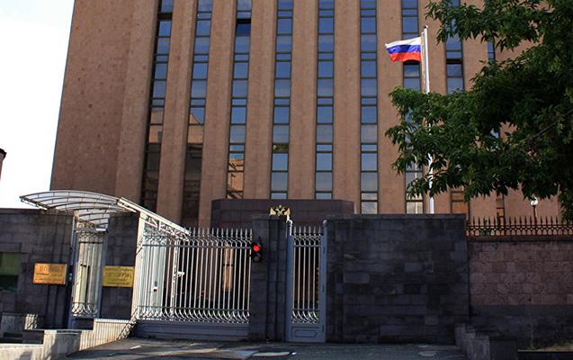 81 yaşlı kişi Rusiyanın Yerevandakı səfirliyi qarşısında özünü yandırmaq istəyib
