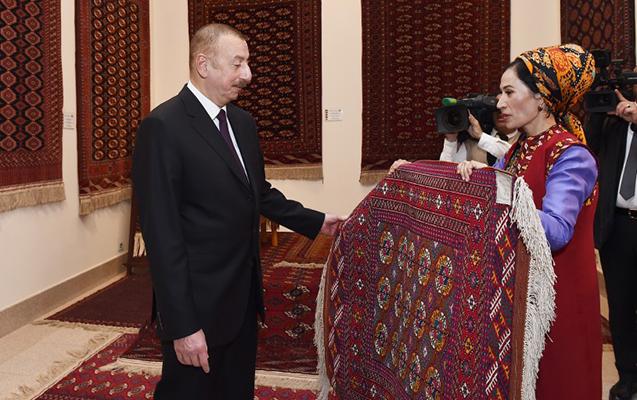 Prezident Türkmən milli xalça muzeyi ilə tanış oldu