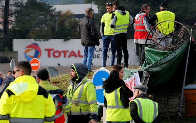 """Fransada etirazçılar """"Total""""ın 11 yanacaq deposunu bloklayıblar"""