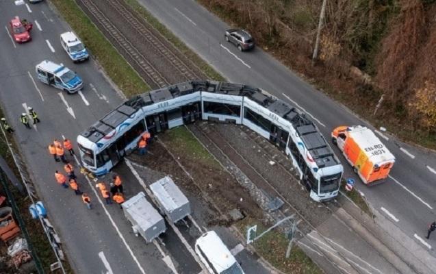 Almaniyada yük maşını tramvayla toqquşdu - 11 yaralı var