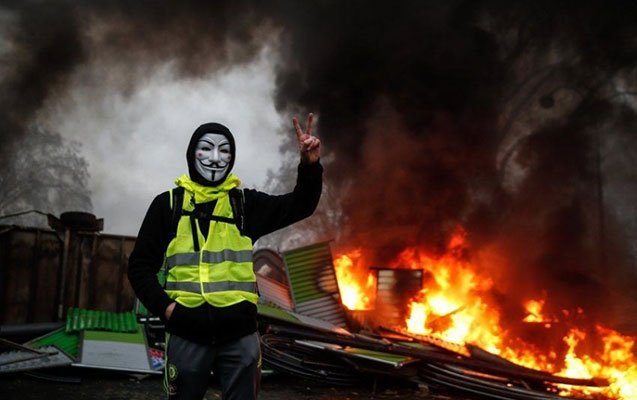 Fransada etirazçılar metronu yandırdılar