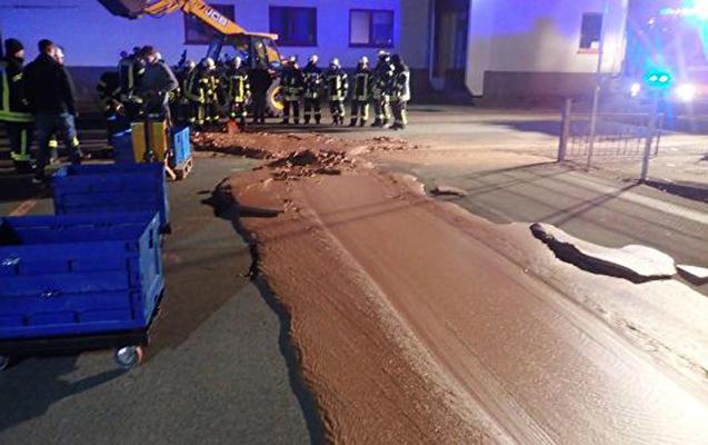 Bir ton şokolad yola dağılıb