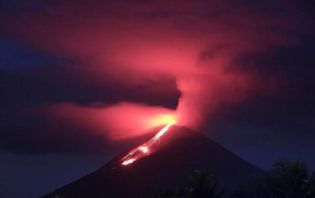 İndoneziyada vulkan püskürdü