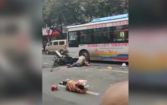 Avtobusu qaçırıb piyadaların üstünə sürdü - Ölənlər var +Video