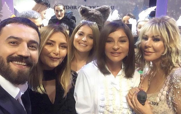 Müğənnilər birinci xanımla selfi çəkdirdi - Fotolar
