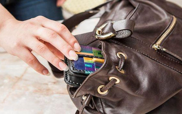 İçi pul dolu çantanı oğurlayan yeniyetmələr tutuldu
