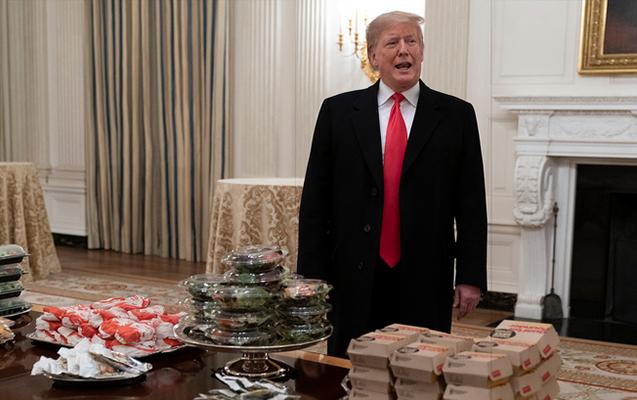 Tramp Ağ Evdə qonaqlarına hamburger sifariş etdi