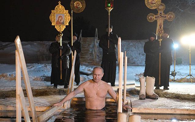 Putin xaç suyuna girdi