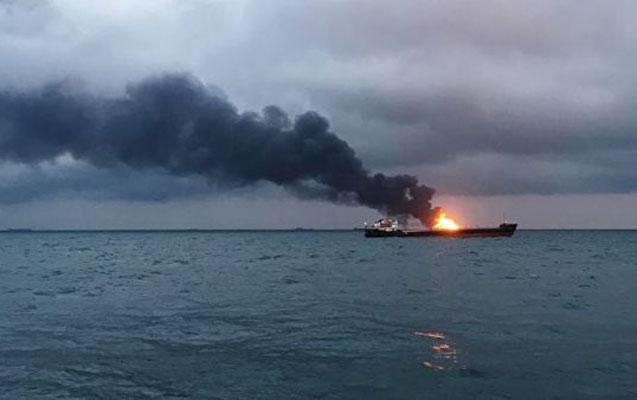 Kerç boğazında iki gəmi yandı - 10 dənizçi öldü