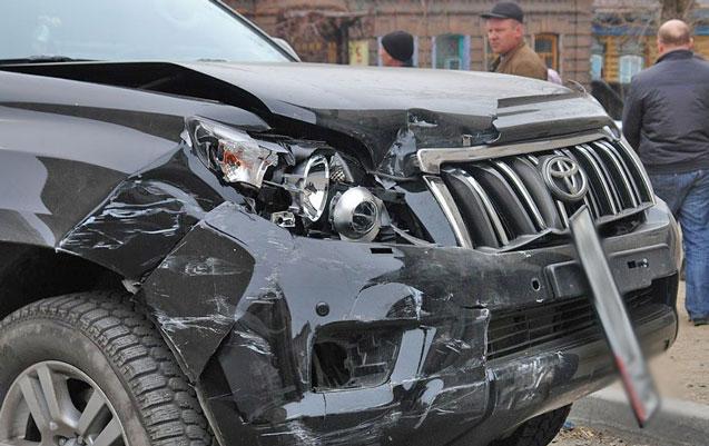 """Bakıda """"Toyota"""" ilə avtobus toqquşdu, sürücü ağır yaralandı"""