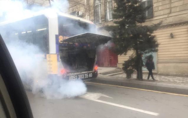 Bakıda avtobus tüstüləndi