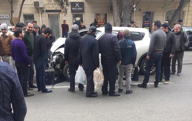 """Bakıda qəza - Qadın sürücü özünü """"Nissan""""dan yola atdı+ Fotolar"""