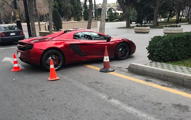 Maşını bulvarda park etdi