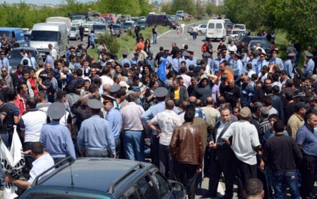 Ermənistanda istefa tələbi - Polislə əhali arasında toqquşma+Video