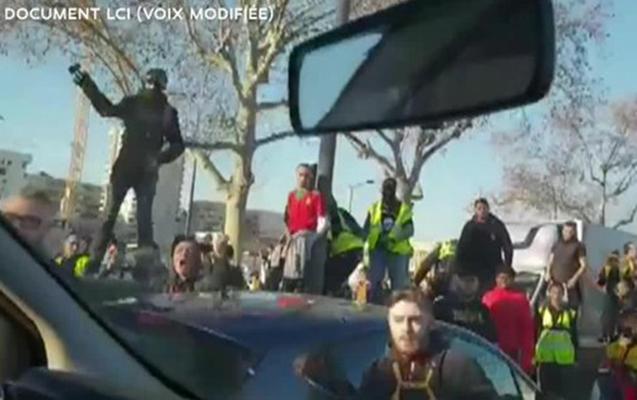 """""""Sarı jiletlilər"""" polis maşınına hücum edib, 26 nəfər saxlanılıb"""