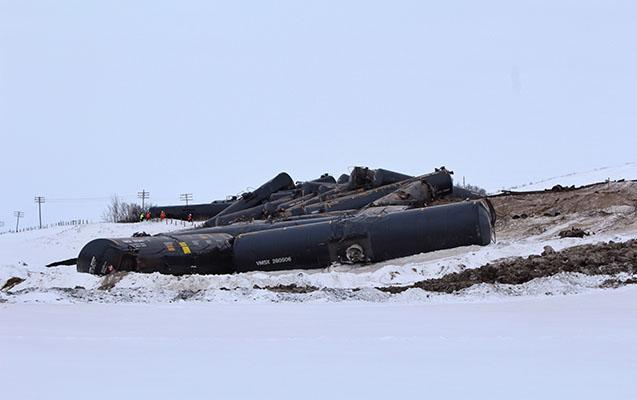 Kanadada neft daşıyan qatar relsdən çıxaraq aşıb