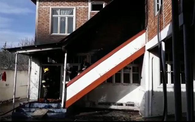 İki mərtəbəli ev yandı, icra başçısı gəldi