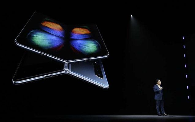 """""""Samsung"""" qatlanan ekrana sahib smartfonunu təqdim etdi"""