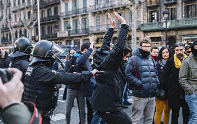 Kataloniyada etirazçılarla polis arasında toqquşma, 28 yaralı