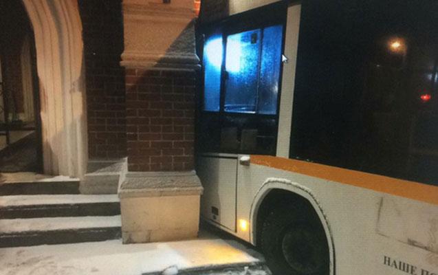 Avtobus prezident Putinin iqamətgahına çırpıldı