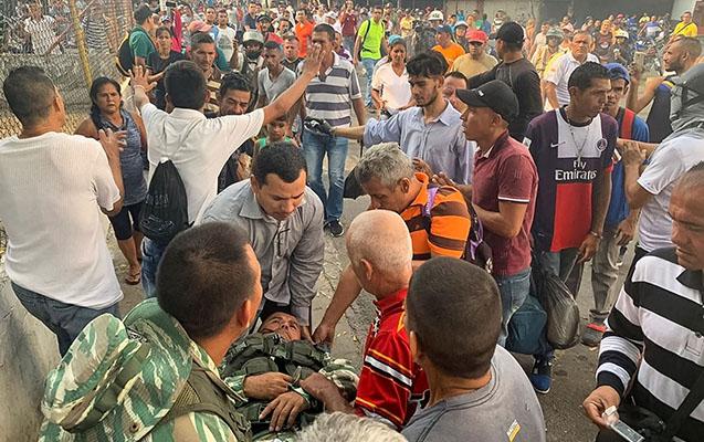 Venesuelaya gələn yardım maşınları yandırıldı - İnsanlar ərzaqları daşıyır. ...